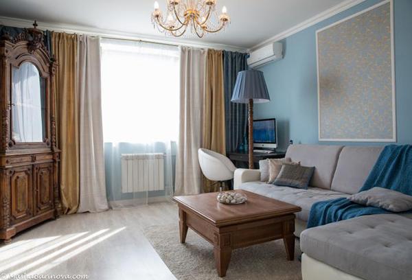 Сочетание разных полотнищ ткани в дизайне штор для гостиной