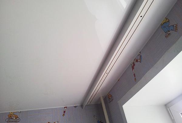 Крепление карниза к поверхности натяжного потолка
