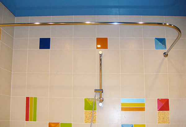 Г-образный карниз для шторки в ванную