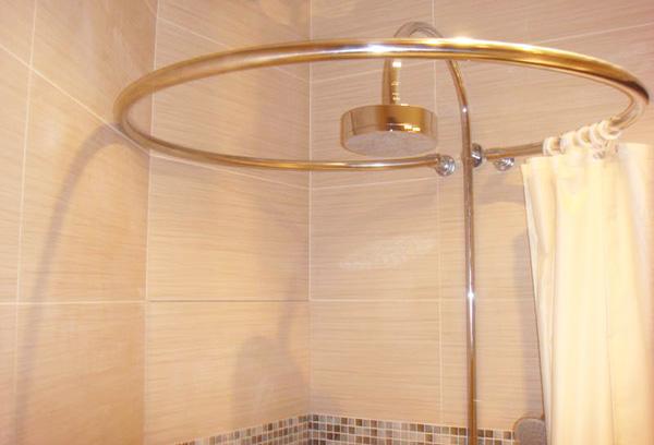 Радиусный карниз для шторки в ванную