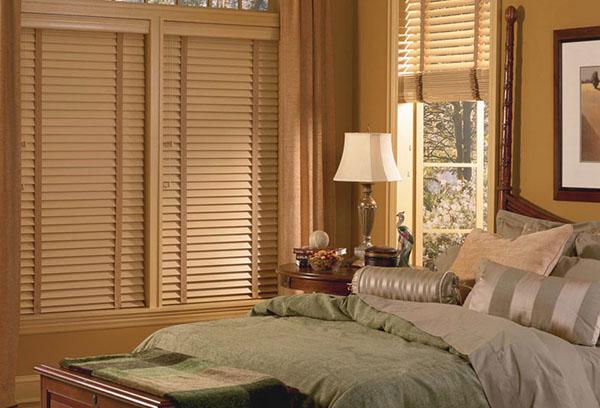 Бамбуковые жалюзи в интерьере спальни
