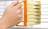 Чистка алюминиевых жалюзи с помощью специальной щетки