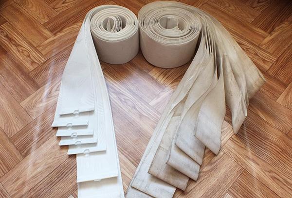 Снятые для очистки ламели тканевых жалюзи