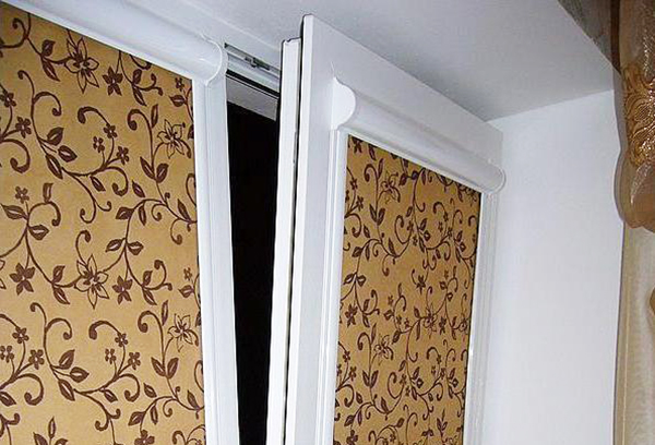 Кассетные солнцезащитные конструкции на створках окна