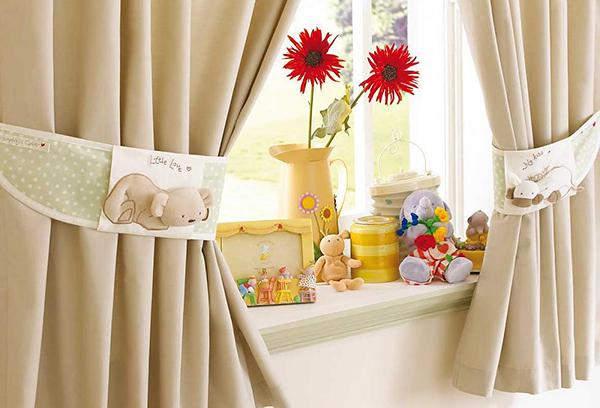 Классический вариант оформления окна в детской
