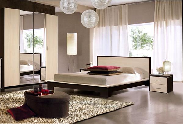 Простые тюлевые шторы в интерьере спальни