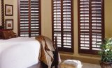 Внутренние деревянные ставни в интерьере спальни
