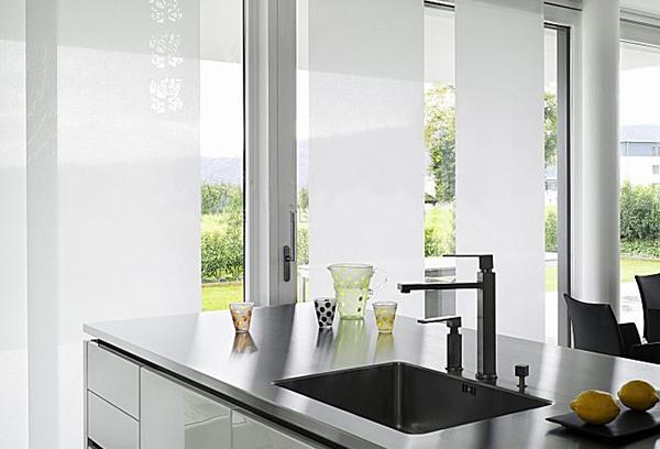 Белые японские шторы на кухне
