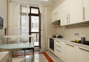 Шторы для кухни с балконом: особенности современных дизайнерских решений