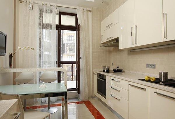 Шторы на кухне в тон стенам и мебели
