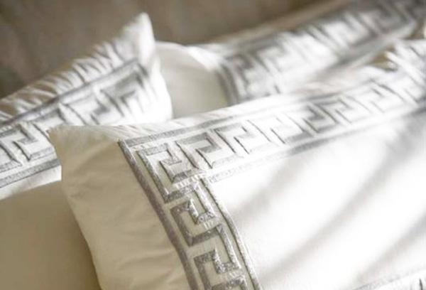 Греческий орнамент на декоративных подушках