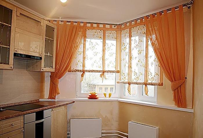 Укороченные шторы на кухне