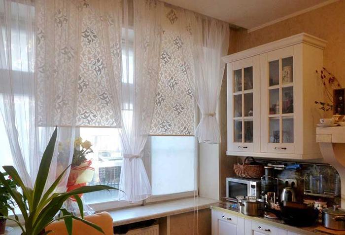 Комбинированные шторы на кухне