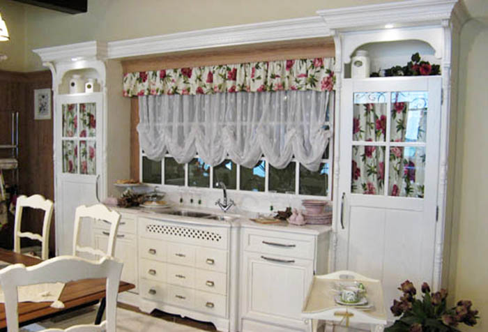 Ламбрекен для укороченных штор на кухне в стиле кантри