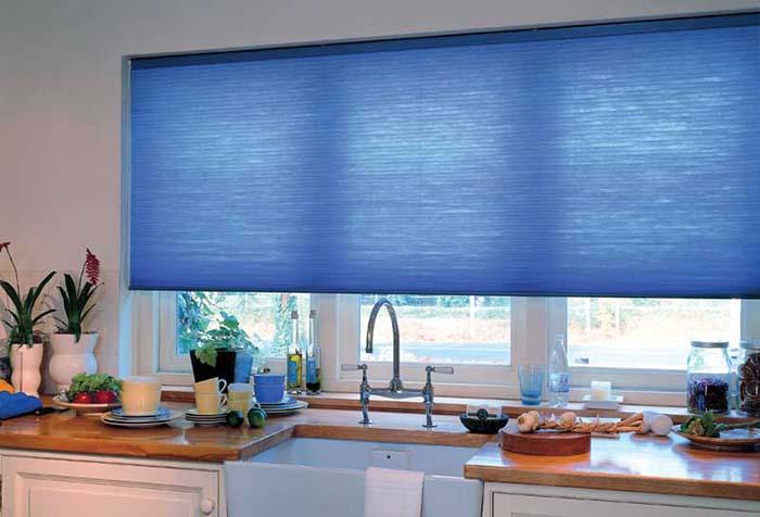 Рулонная штора с дистанционным управлением на кухне