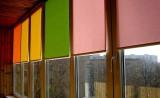 Рулонные шторы разных цветов на лоджии
