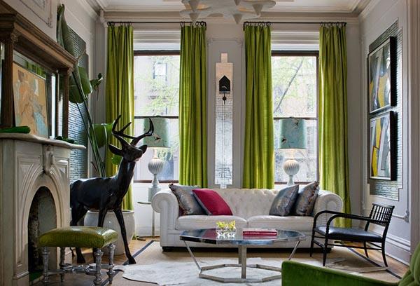 Яркие шторы из натуральной ткани в современной гостиной