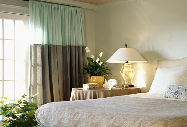 Двухцветная штора для маленькой спальни