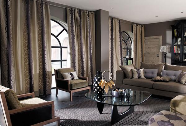 Современная гостиная с арочными окнами