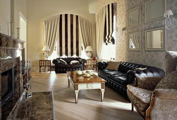 Сочетание римских штор и традиционных портьер в интерьере гостиной