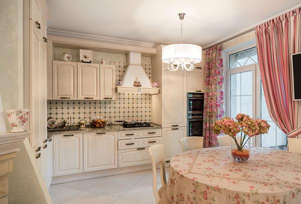 Асимметричное оформление оконного пространства кухни в стиле прованс