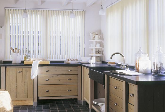 Жалюзи из стеклоткани в интерьере кухни