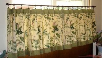 Зеленые шторы – особая атмосфера комфорта в интерьере гостиной