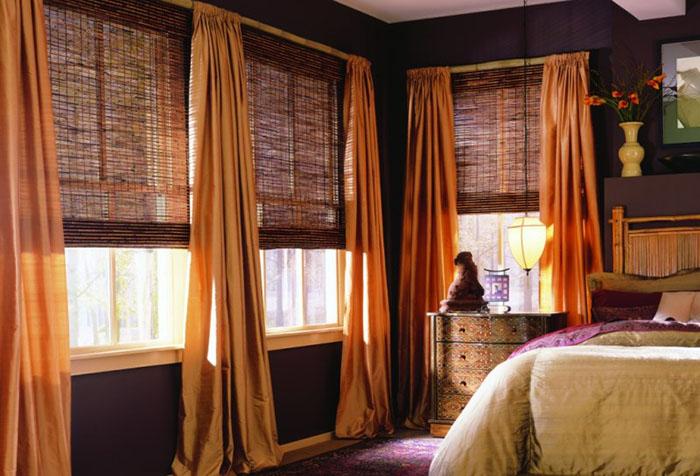 Рулонные шторы из бамбука в сочетании с портьерами