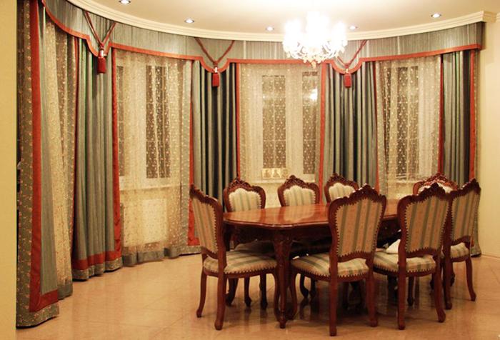 Бандо в классическом интерьере столовой