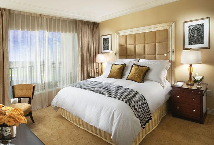 Уютная спальня в бежевых тонах