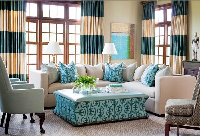 Контрастные шторы в бежевом и сине-зеленом цвете
