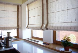 Как оформить окно на кухне?