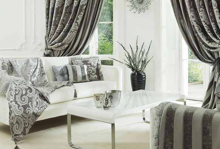Стильная гостиная с текстилем в серых тонах