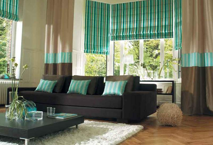 Сочетание римских штор и домашнего текстиля