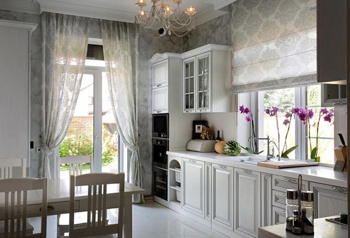 Римские и традиционные шторы в классической кухне