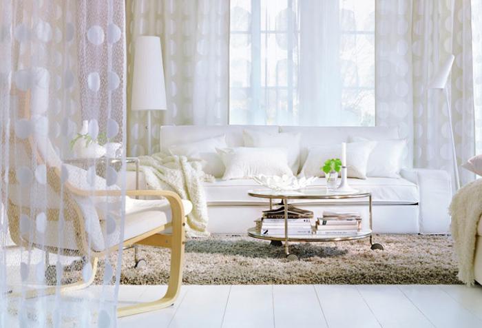 Белый тюль в интерьере гостиной