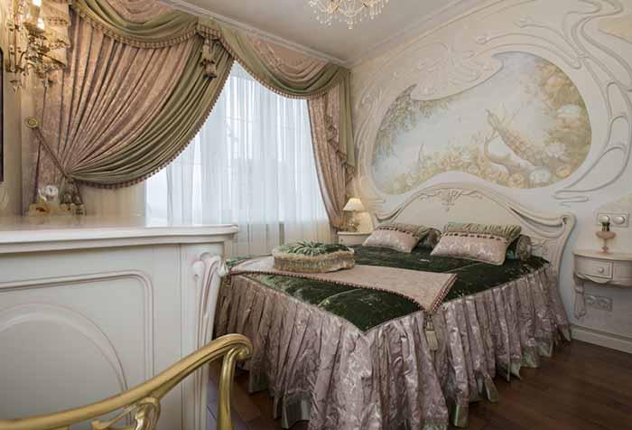Мягкий ламбрекен с декором в спальне