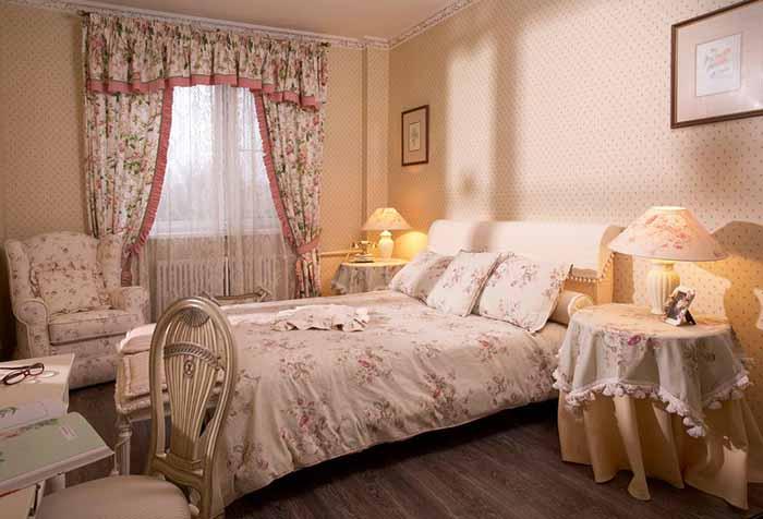 Простой ламбрекен с оборкой в спальне в стиле кантри