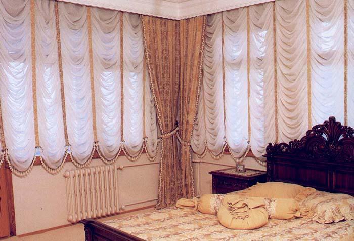 Французские шторы с портьерами в спальне
