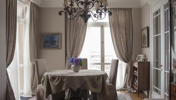 серых занавесок при декорировании гостиной