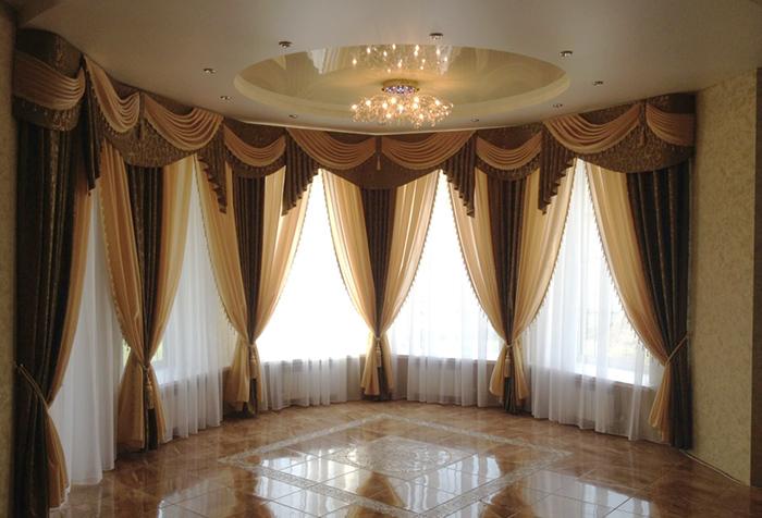 Итальянские шторы с ламбрекеном в оформлении зала