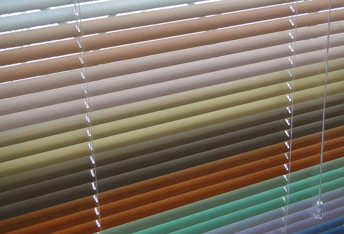 Разноцветные алюминиевые ламели горизонтальных жалюзи