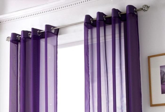 Фиолетовые полупрозрачные шторы на люверсах