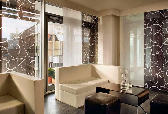 Японские шторы в дизайне гостиной