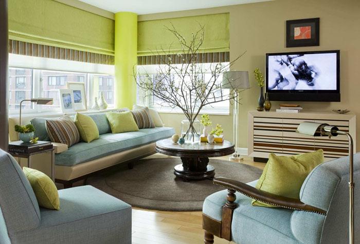 Римские шторы в гостиной в зелено-голубых тонах