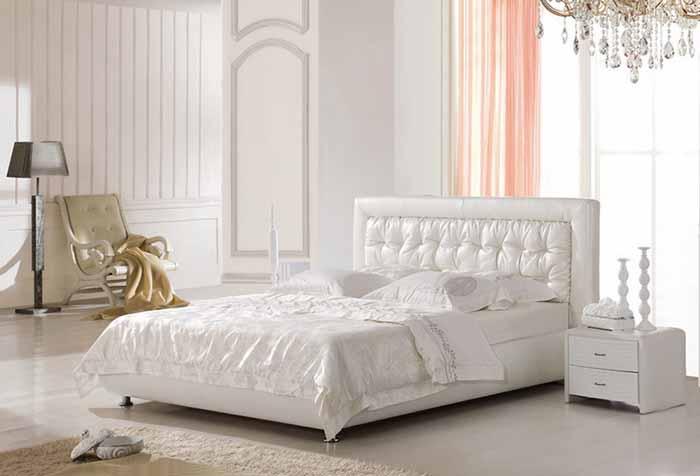 Розовая гардина в светлом интерьере спальни