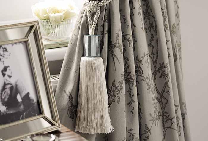 Декоративная кисть-подхват для шторы в спальне