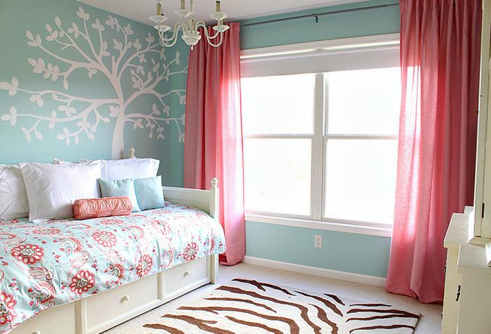 Бледно-красные шторы в спальне девочки
