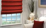Римская штора красного цвета и декоративная подушка в тон