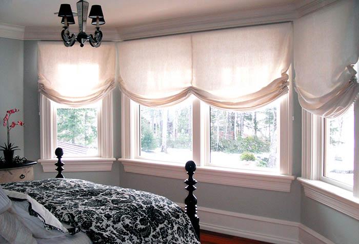 Светлые льняные шторы в интерьере спальни